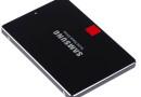 Na zdjęciu dysk SSD Samsung 850 PRO. Dyski SSDcechują się wysoką wydajnością w porównaniu z dyskami HDD oraz SSHD. Nadal minusem jest stosunkowo wysoka cena w porównaniu. Na potrzeby instalacji systemu operacyjnego w zupełności wystarczy nam mniejszy dysk - do 80-128 GB.