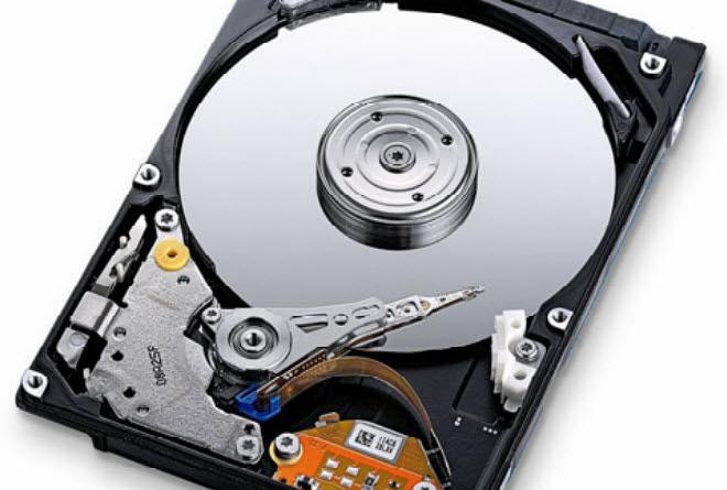 Dysk twardy HDD talerzowy to obecnie najpopularniejsza opcja wewnętrznego dysku dla komputerów stacjonarnych oraz laptopów. Osiągają one pojemność nawet do kilkunastu TB.