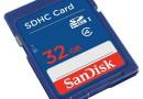 Karta pamięci Sandisk SDHC o pojemności 32GB - klasa szybkości 4 pozwala na osiąganie minimalnej prędkości zapisu na poziomie 4 MB/s.